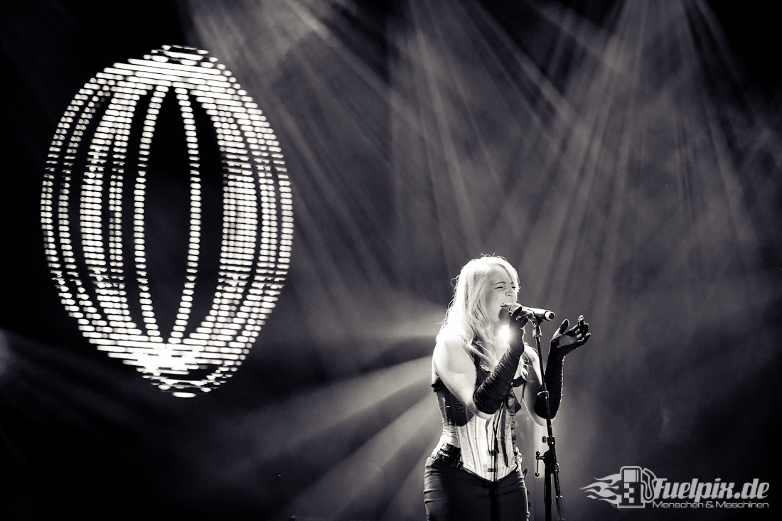 "Foto by Fuelpix – Tess Burrstone performing life with ""The Pink Floyd Show UK"""